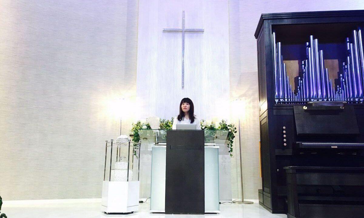 加藤社長が教会の中でプレゼンを練習している様子