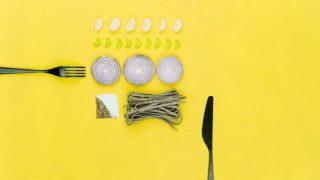 配置の揃った食品とカトラリー